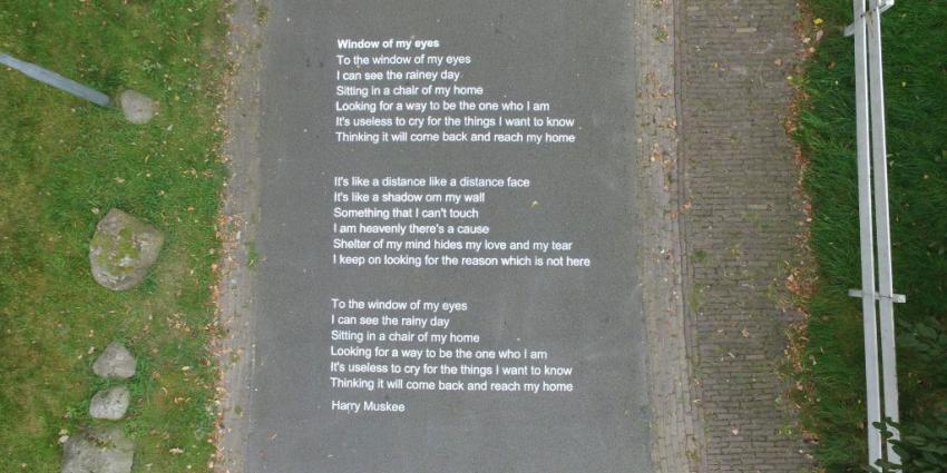 Teksten van Harry Muskees op straat gespoten in Grolloo