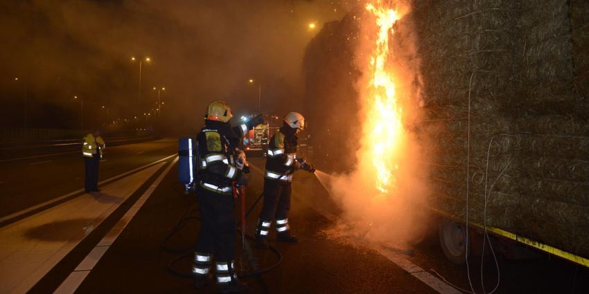 foto van brand in vrachtwagen met stro | Aneo Koning | www.fotokoning.nl
