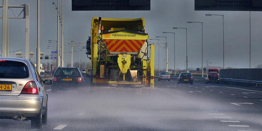 Man raakt rijbewijs kwijt na inhalen strooiwagens met hoge sneheid