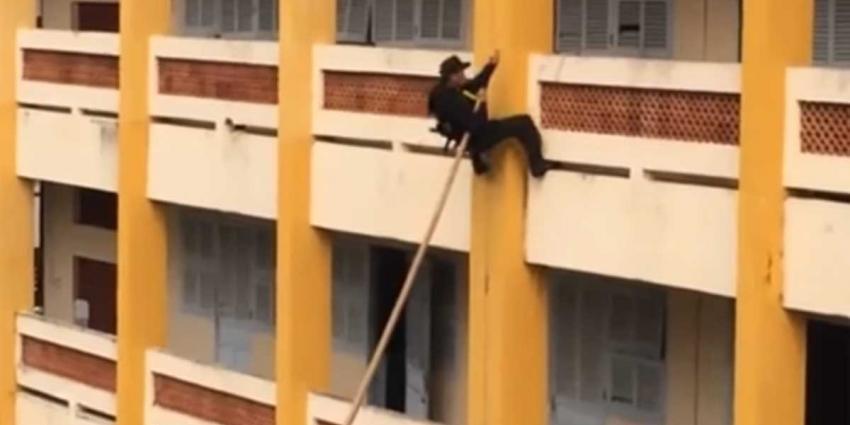 Inventief Vietnamees SWAT-team loopt razendsnel tegen muren gebouw op