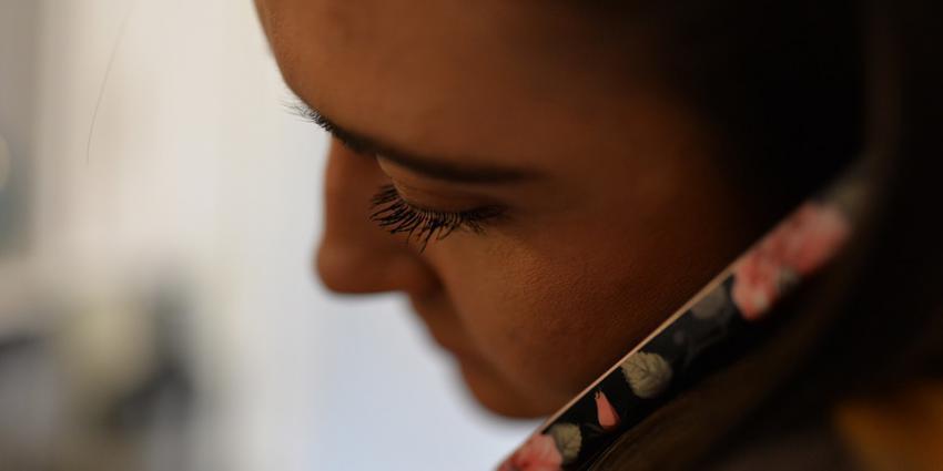 Vrouw praat door telefoon