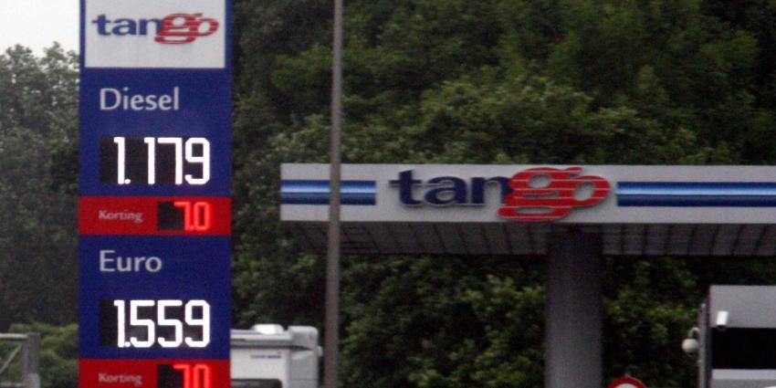 Automobilisten tanken water bij pompstation