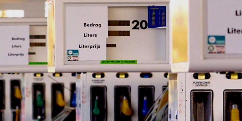 Taxi rijdt twee personen aan bij tankstation in Zaandam