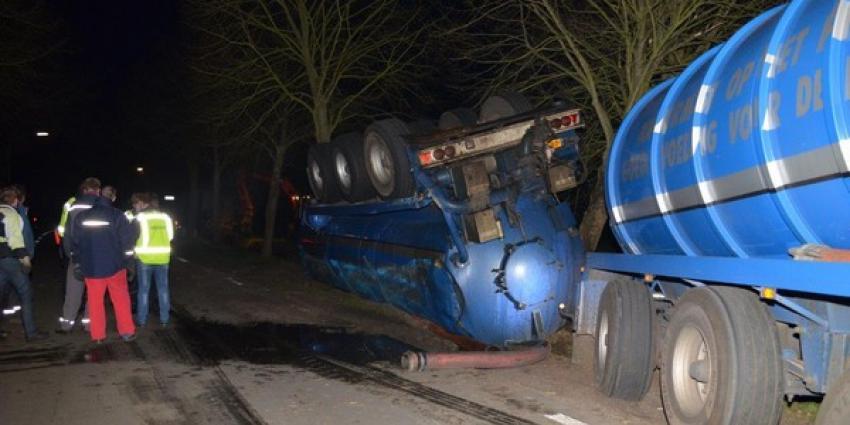 Tankwagen met 36.000 liter mest gekanteld