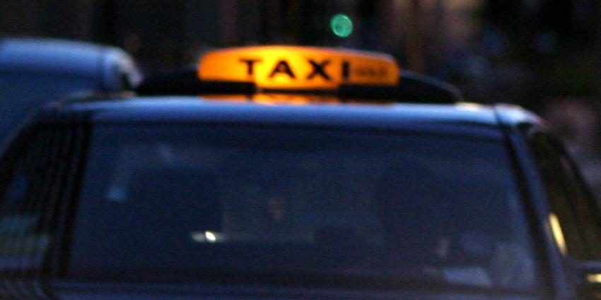 Beschonken taxichauffeur veroorzaakt aanrijding