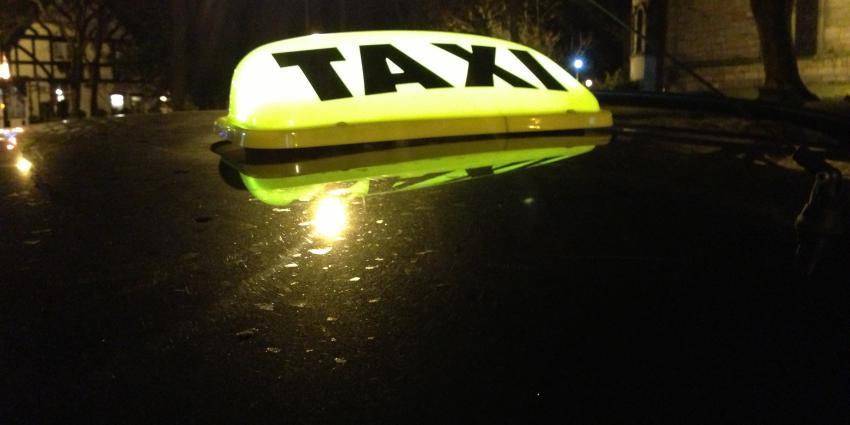 Taxi botst op pijlwagen Rijkswaterstaat