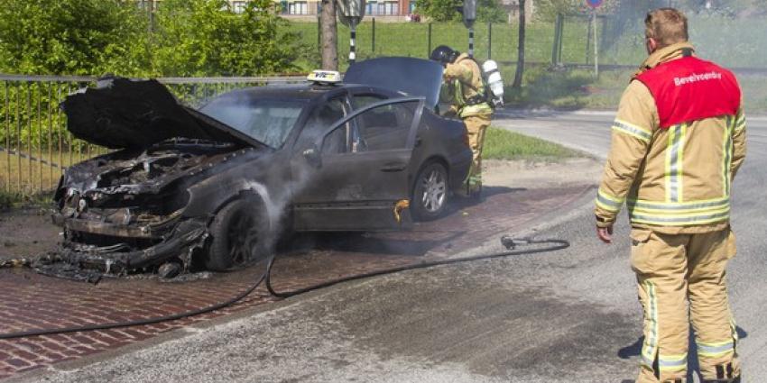 Taxi gaat in vlammen op