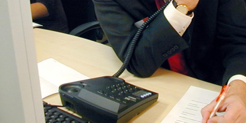 Foto van man die belt op kantoor