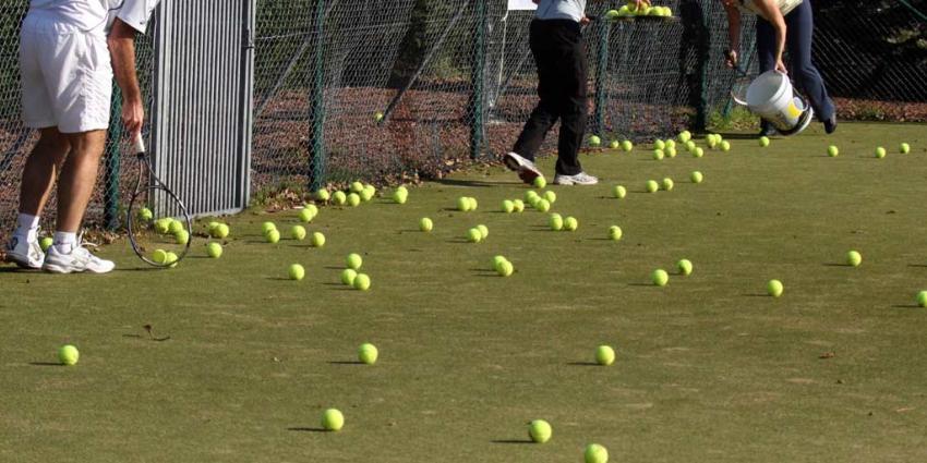 Verminder aantal proftennissers en organiseer minder toernooien