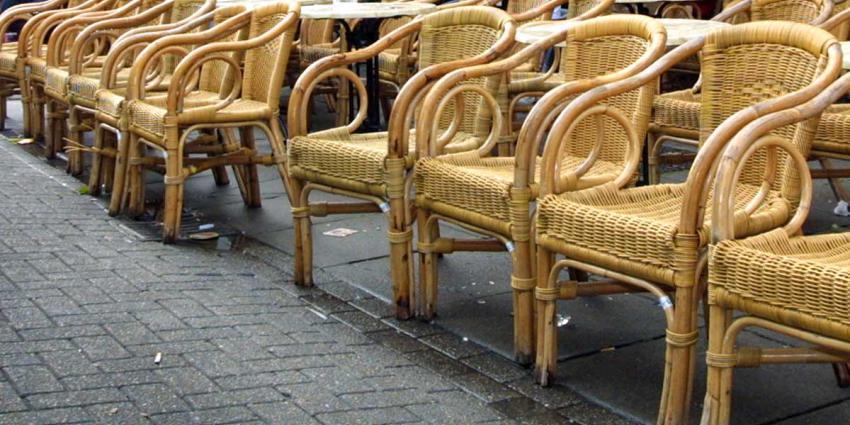 Man urineert bovenop dinerende mensen op Oudegracht Utrecht