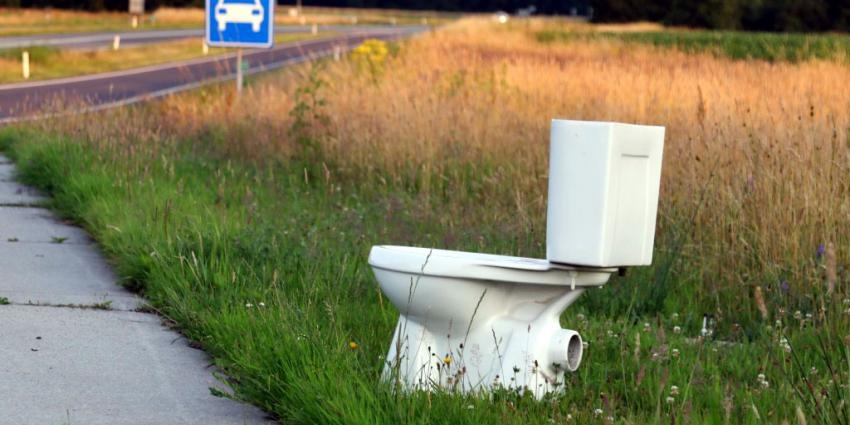 Openbaar toilet zonder enige privacy langs N34 in Drenthe