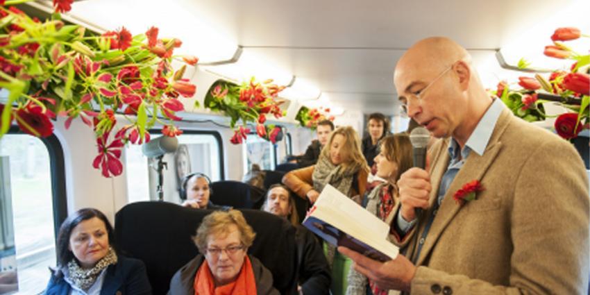Foto van schrijver Tommy Wieringa in trein | Kees-Jan Bakker/NS