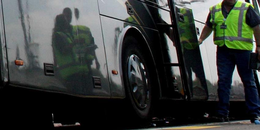 Touringcar rijdt over feestganger in Arcen heen