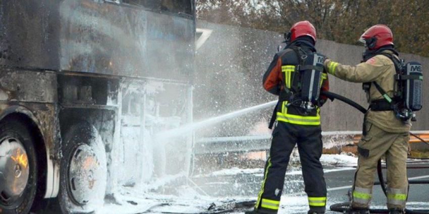 Touringcar in brand op de A7 bij Sappemeer