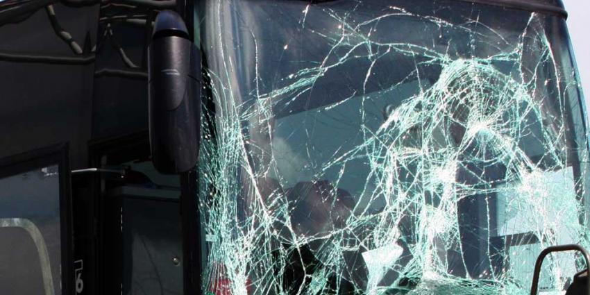 Ernstige aanrijding personenauto's, touringcar en vrachtwagen A58 Tilburg