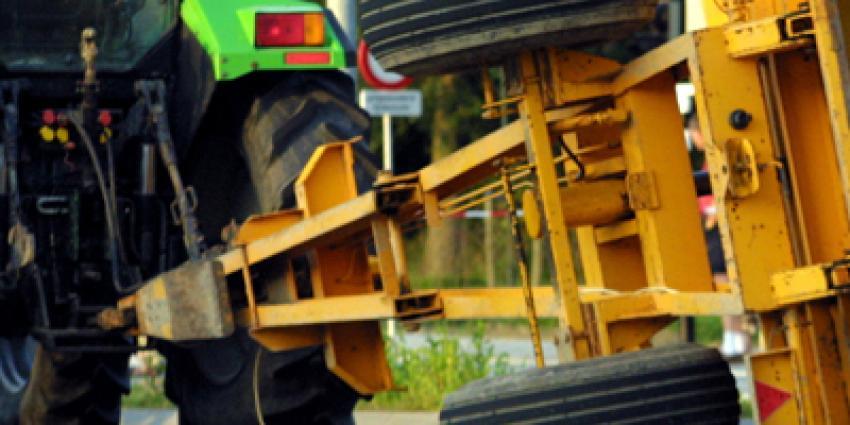 Foto van gekantelde aanhangwagen achter tractor | Archief EHF