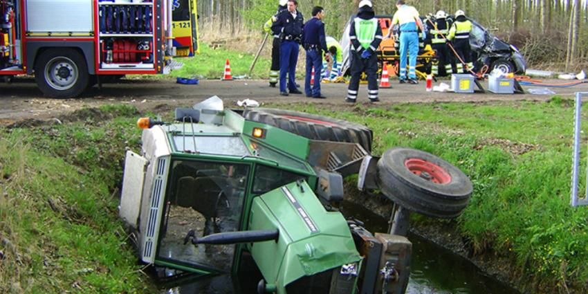 tractor en bestelbus in sloot