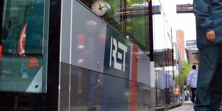 Vrouw in Rotterdam op de metrorails geduwd door man