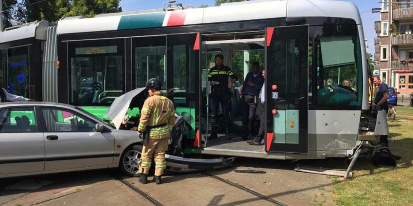 Veel schade na aanrijding auto met Rotterdamse tram