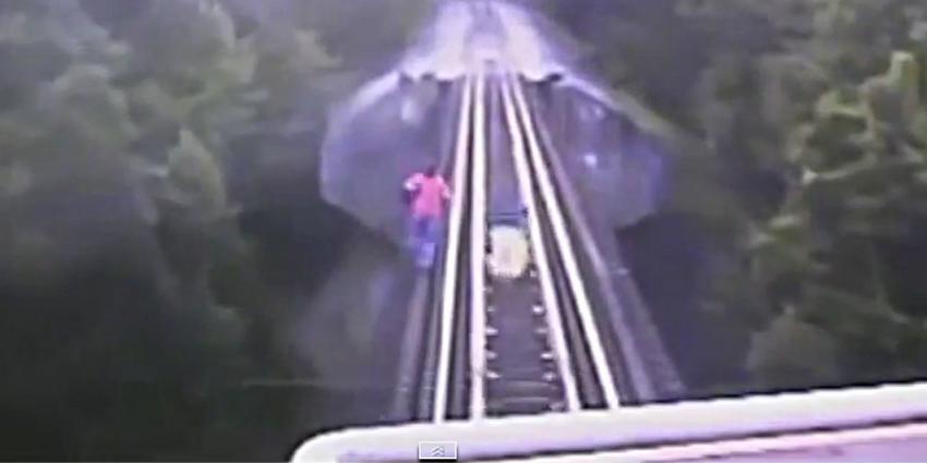 Bizar: Vrouwen komen onder trein en lopen geen scharmetje op
