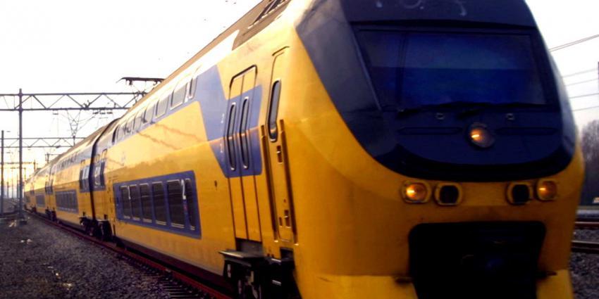 treinverkeer, tijdelijk, stilgelegd, verwarde vrouw. spoor