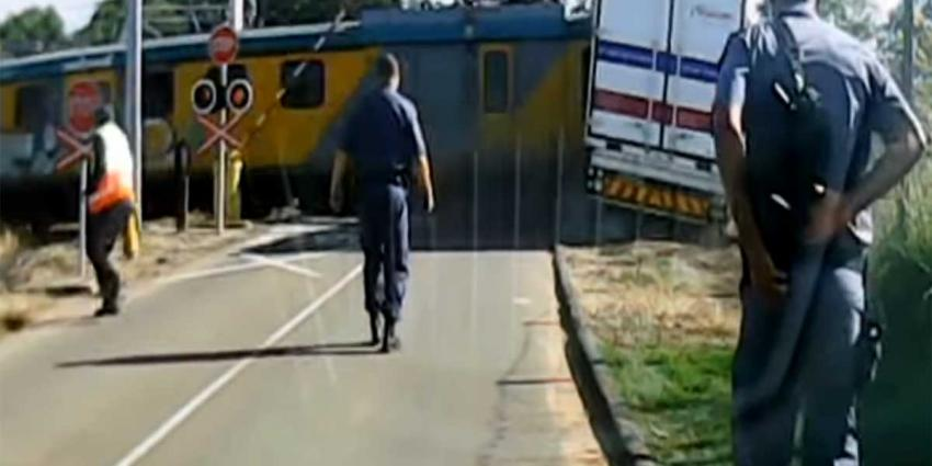 Trein ramt op overgang vastgelopen oplegger