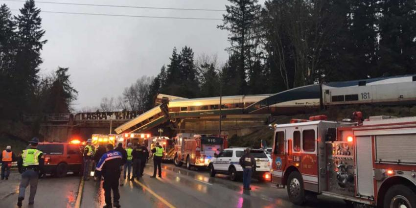 Trein ontspoort en valt van viaduct op drukke snelweg