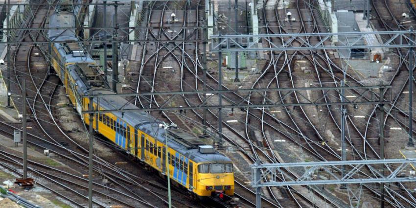Wagon met reizigers raakt los van trein