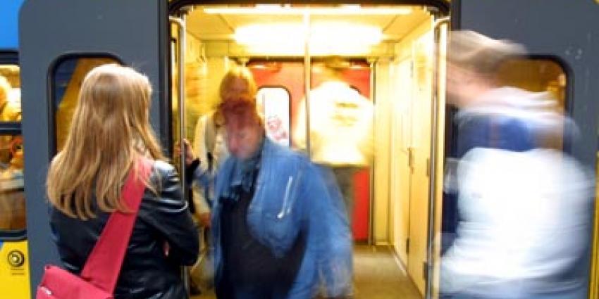 Rover gaat in gesprek met reizigers in Flevoland