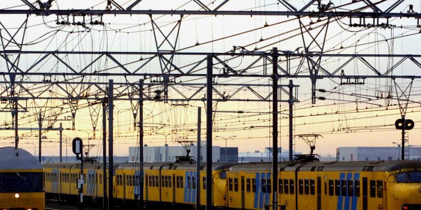 Treinverkeer plat om brand in trafohuisje Hilversum