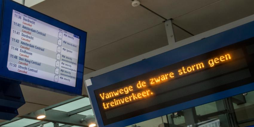 Trein- en vliegverkeer compleet stilgelegd vanwege extreme storm