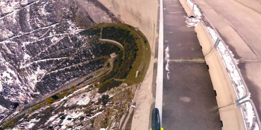 Rijdt u even mee over het smalle hekje op deze 200 meter hoge dam