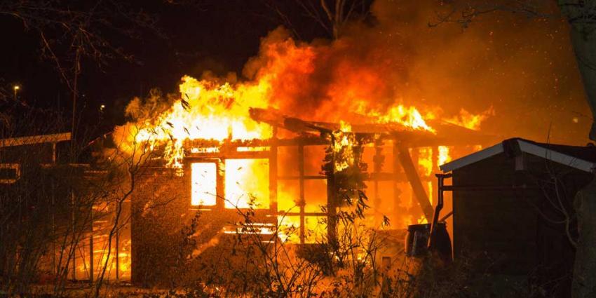 Tuinhuisje door grote brand compleet verwoest
