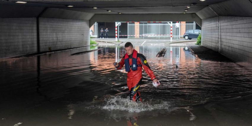 Straten volledig onder water door hevige regenval