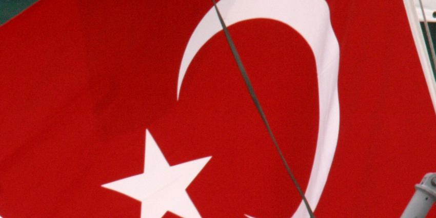 Winkel in Rotterdam beplakt met Turkse vlaggen