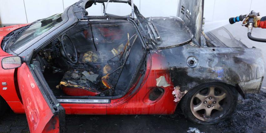 Oldtimer vliegt tijdens ritje naar garage in brand door benzinelekkage