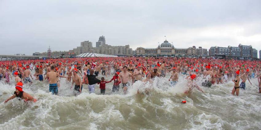 Recordaantal deelnemers Nieuwjaarsduik, 10.000 zwemmers springen in Noordzee