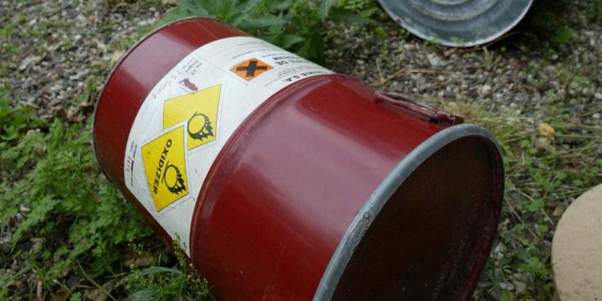 Agenten onwel door vaten met gevaarlijke stoffen in bos