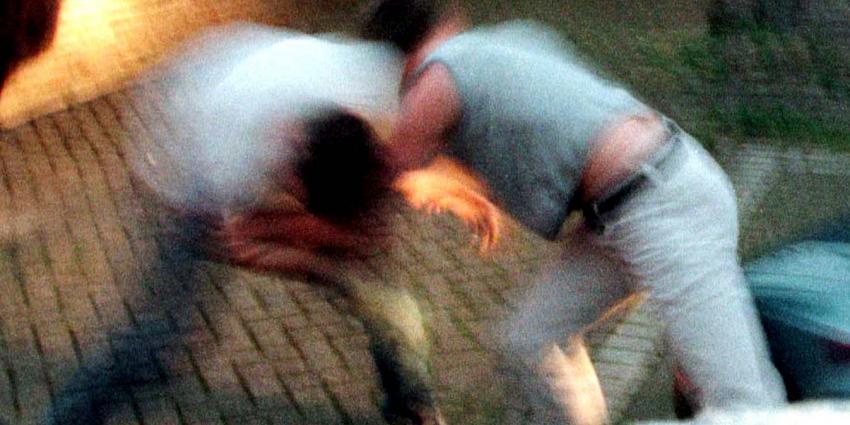 Jonge vrouw wordt geschopt en geslagen tot ze haar telefoon afgeeft