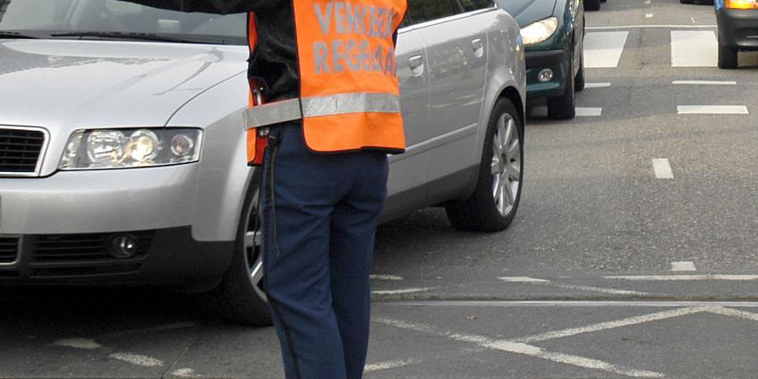 Automobiliste sleurt verkeersregelaar mee bij Olympisch Stadion