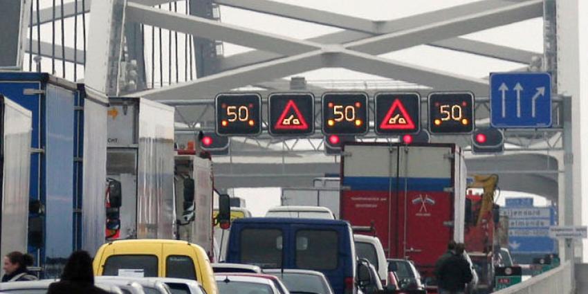 Rijkswaterstaat adviseert nu zelfs om Rotterdam tijdens de ochtendspits te mijden.