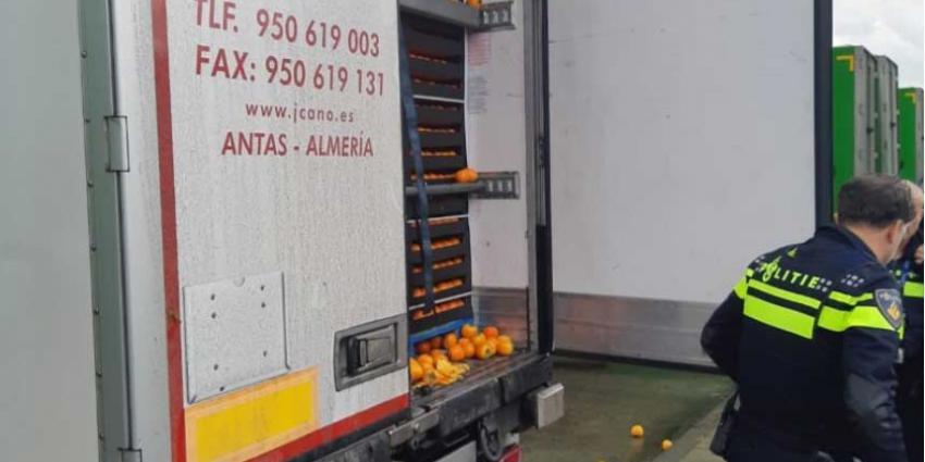Verstekelingen aangetroffen tussen lading sinaasappels in vrachtwagen Ridderkerk