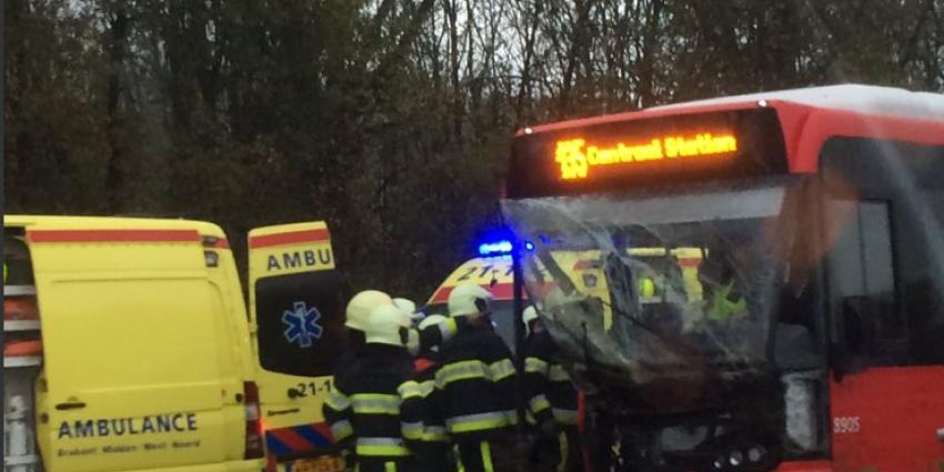 Lijnbus rijdt in op file bij Vlijmen. Meerdere gewonden