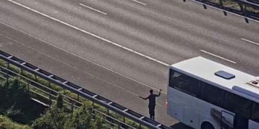 Man door arrestatieteam uit bus gehaald na uitspraak woord ''bom''