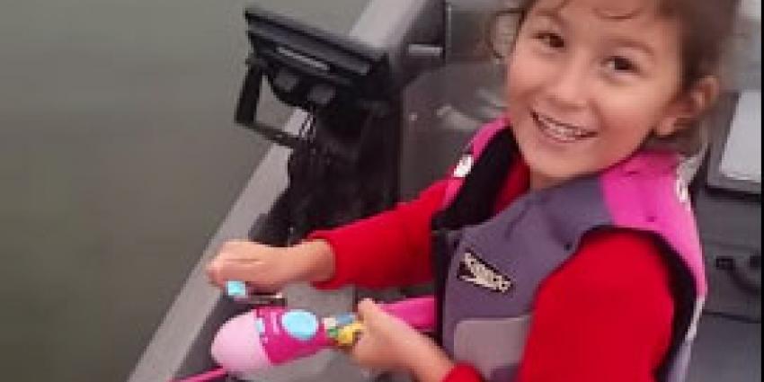 Meisje vangt flinke vis met speelgoedhengel