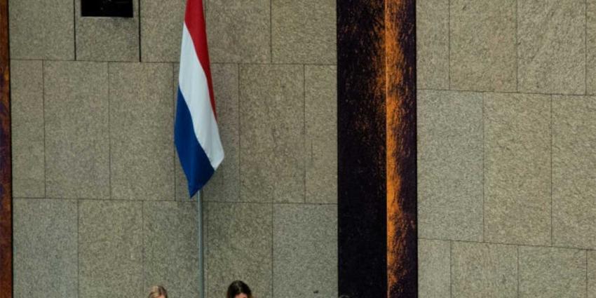 Nieuwe vlag 'wappert' in 2e Kamer, prijskaartje 12.000,- euro