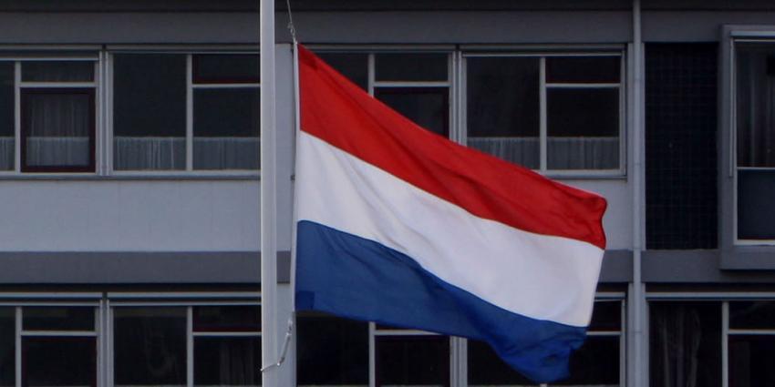 Vlag tijdens Nationale herdenking op 10 november halfstok