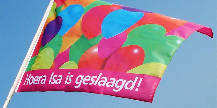 Topdrukte door 'geslaagd'-vlaggen bij Dokkumer Vlaggen Centrale