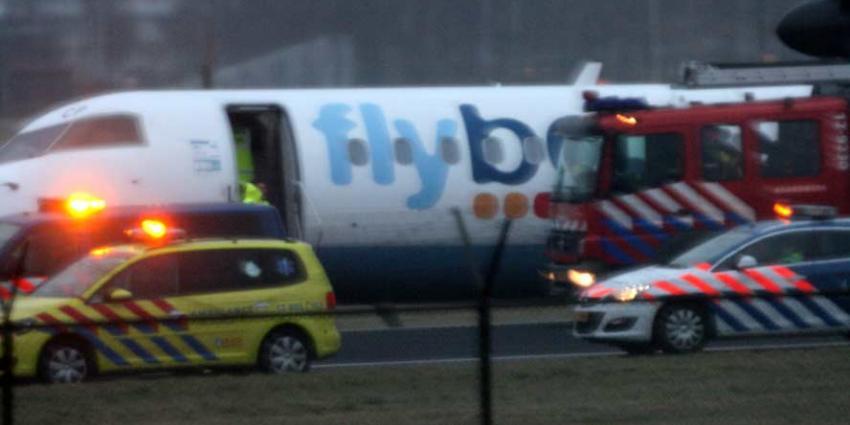 Vliegtuig op Schiphol naast de baan
