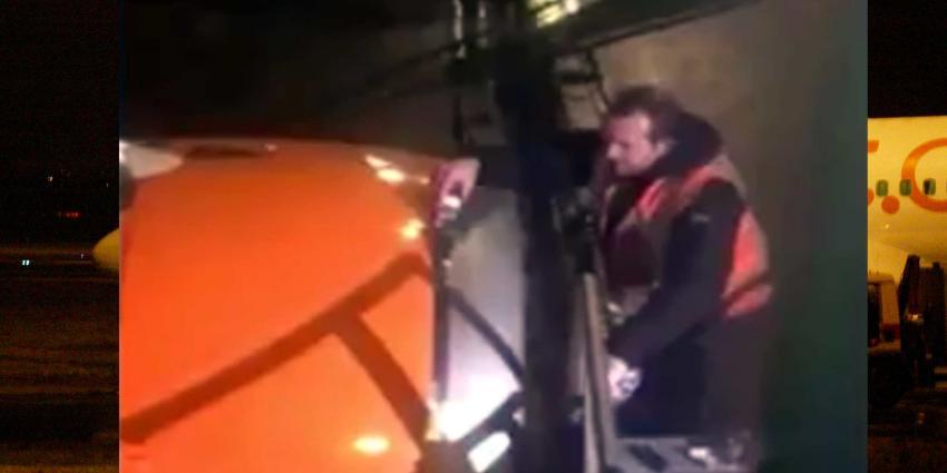 Motor vliegtuig voor vertrek met plakband gerepareerd